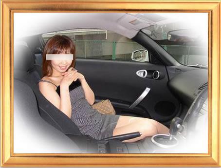 車内で微笑む女性