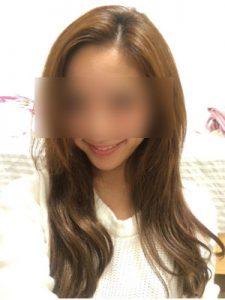 微笑む白い洋服の女性