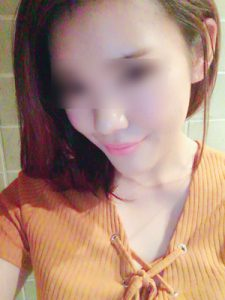 オレンジ色の服の女性
